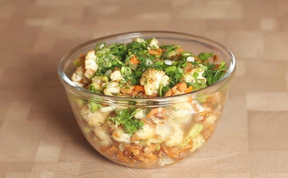 Салат с цветной капустой: оригинальный салат с добавлением рыбы. Просто и вкусно!
