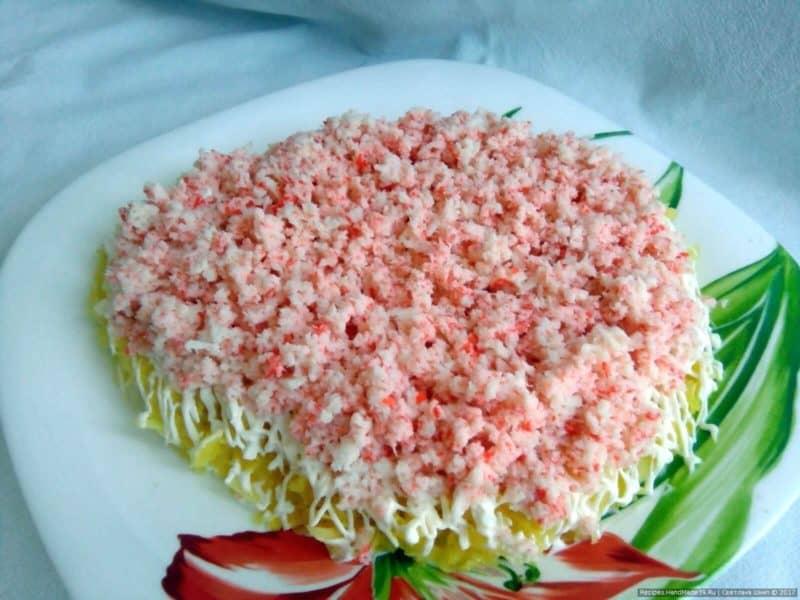 Салат из крабовых палочек: вкусно, быстро и интересно.