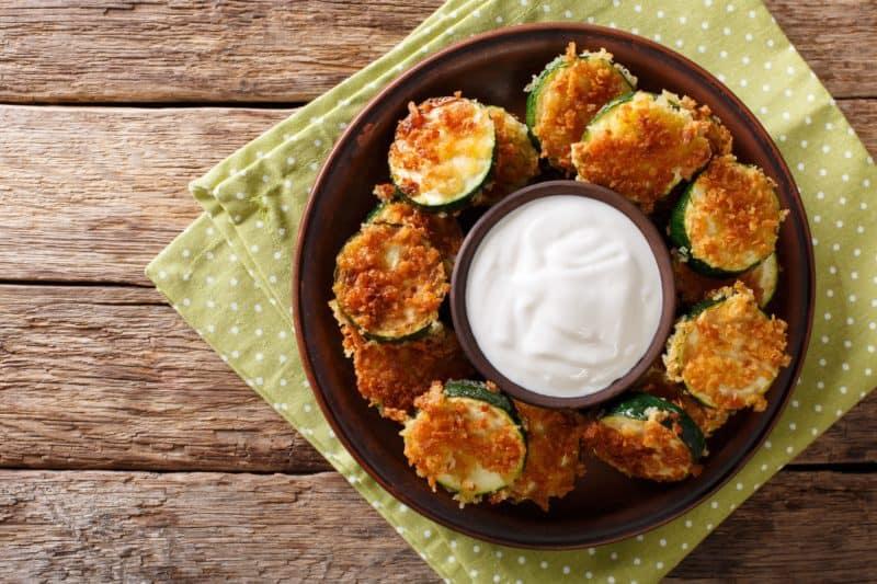 Вкусные молодые кабачки в панировке с сыром — очень легкое и простое блюдо.