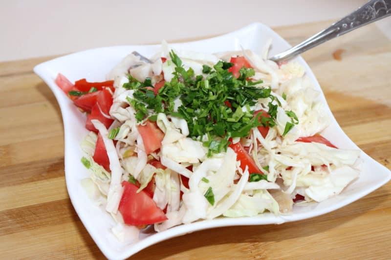 Салат из свежей капусты и рыбы: очень вкусный 1