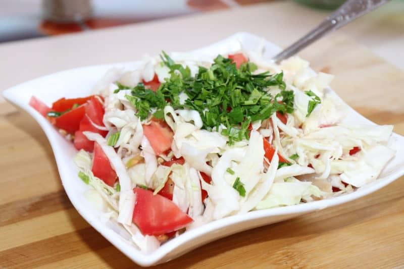 Салат из свежей капусты и рыбы