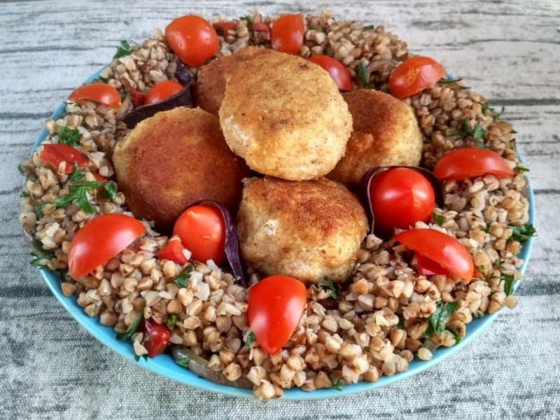 Гречневая каша с котлетами: вкусный ужин всего за 30 минут