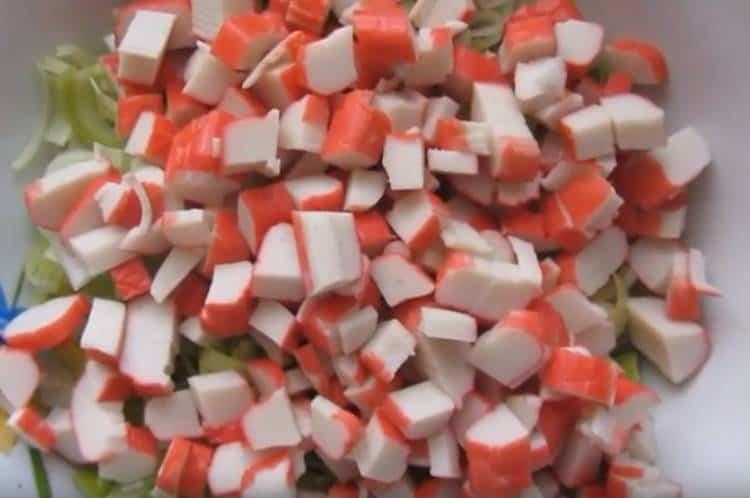 Салат с крабовыми палочками и яйцом: Очень быстрый потрясающе вкусный