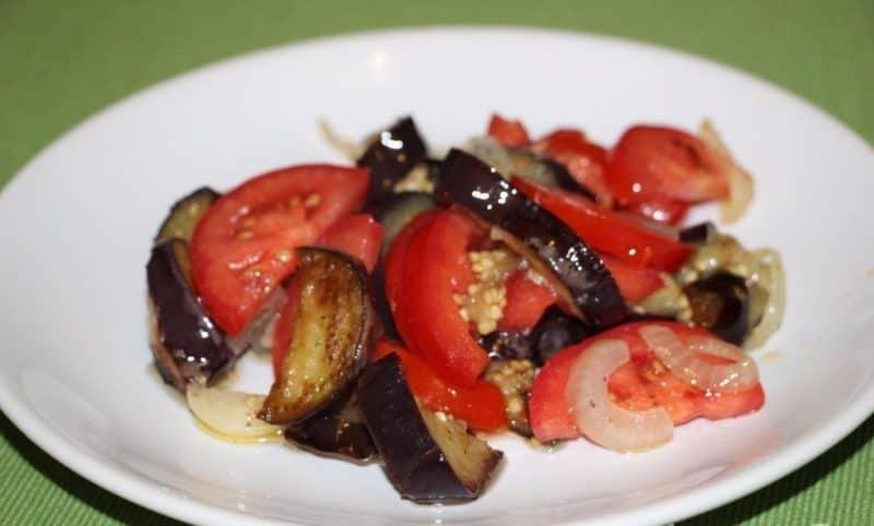 Салат с помидорами и баклажанами: лёгкое и полезное блюдо