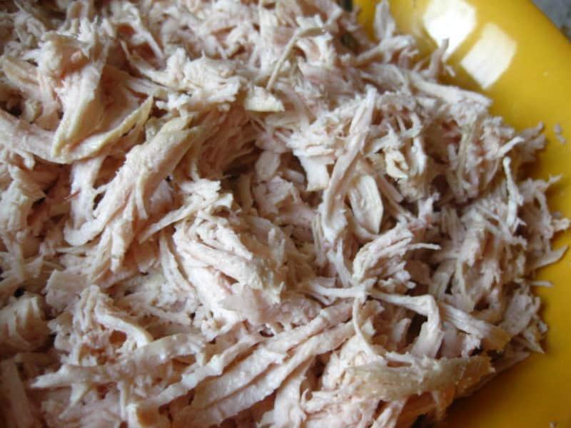 Обалденно вкусный слоеный салат из крабовых палочек и куриного филе
