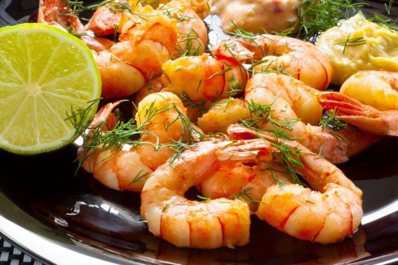 Креветки с лимоном и чесноком: любители морепродуктов оценят этот рецепт 1