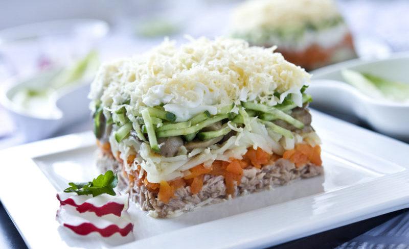 Салат Лисья шубка: сочетание грибов, овощей и сельди оказывается на редкость удачным в этом салатике 1