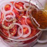 Закуска из помидоров и лука. Секрет кроется в особом маринаде, который делает эту закуску невероятно вкусной 9