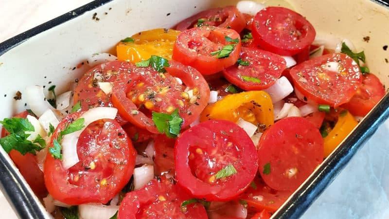 Закуска из помидоров и лука. Секрет кроется в особом маринаде, который делает эту закуску невероятно вкусной 4
