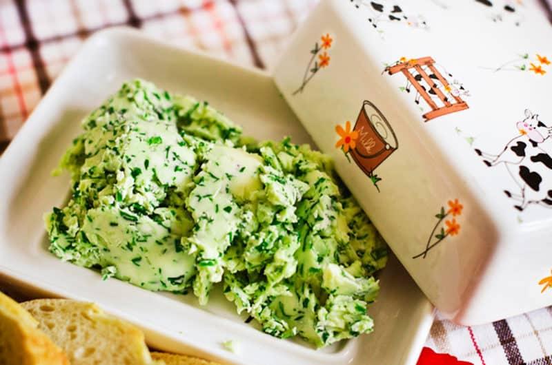 Зелёное масло с чесноком и плавленым сыром