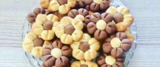 Песочное печенье Цветочки. Оригинально оформленное лакомство всегда привлекает внимание гостей, которые с удовольствием им угощаются 7