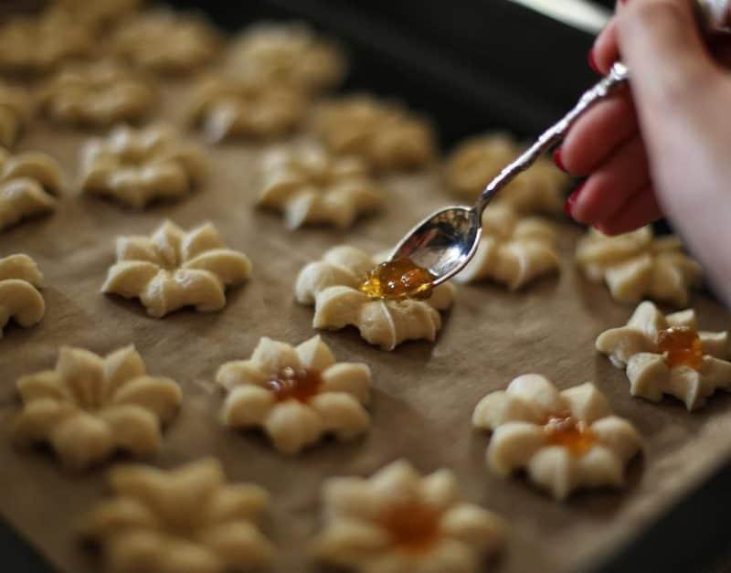 Песочное печенье Цветочки. Оригинально оформленное лакомство всегда привлекает внимание гостей, которые с удовольствием им угощаются 4