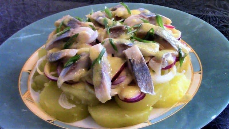 Салат Пикаделли. Любимые картошка и селёдочка с интересным сочетанием других продуктов 8