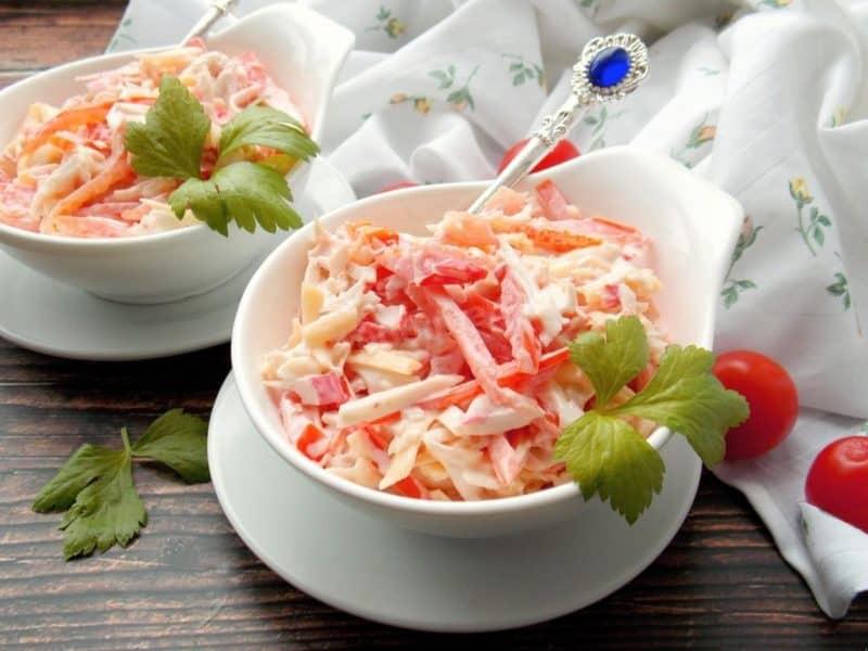 Салат с крабовыми палочками томатом и сладким перцем. Готовится без кукурузы и риса 5