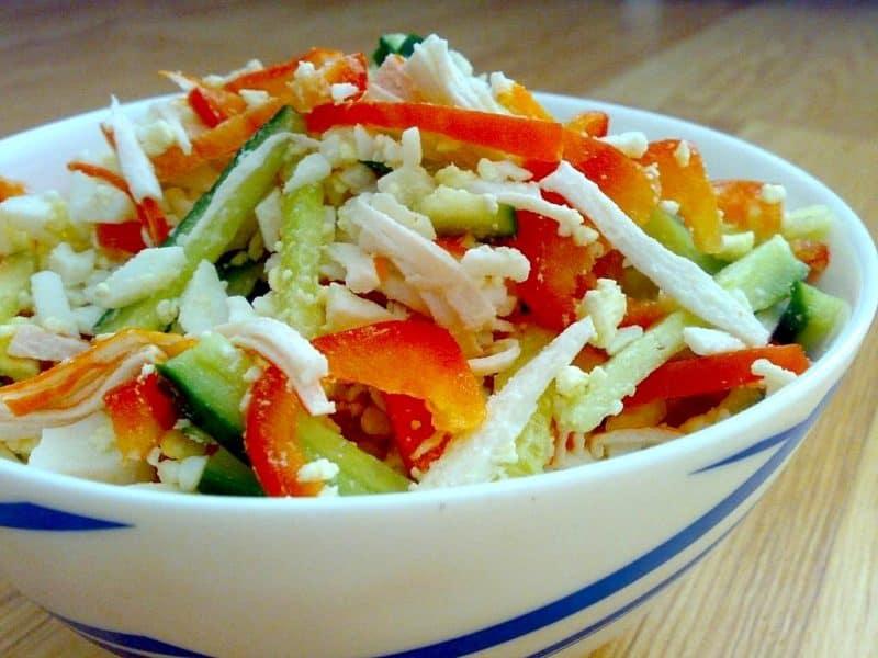 Салат с крабовыми палочками томатом и сладким перцем. Готовится без кукурузы и риса 6