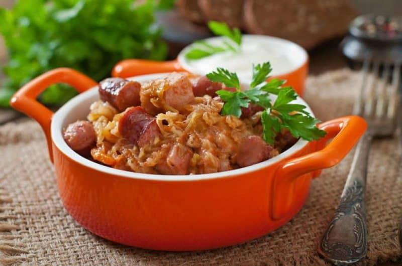 Бигус с сосисками. Сытное блюдо с сочетанием вкусов свежей и квашенной капусты