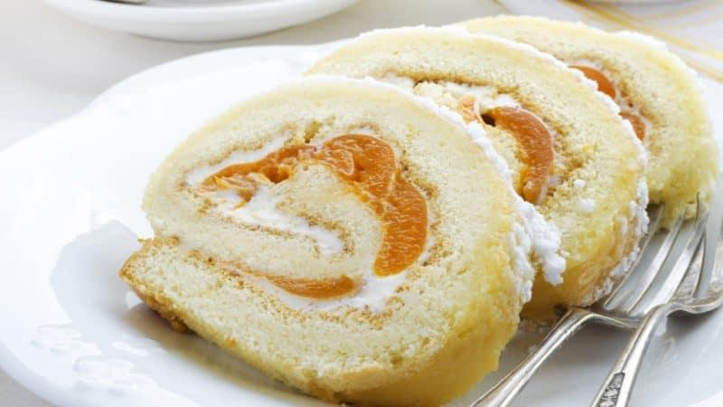 Бисквитный рулет с абрикосовым джемом