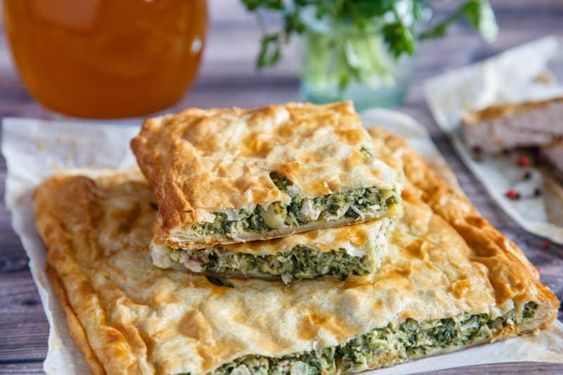 Греческий пирог со шпинатом. Сочная начинка и аппетитная корочка понравятся всем, кто его попробует 1