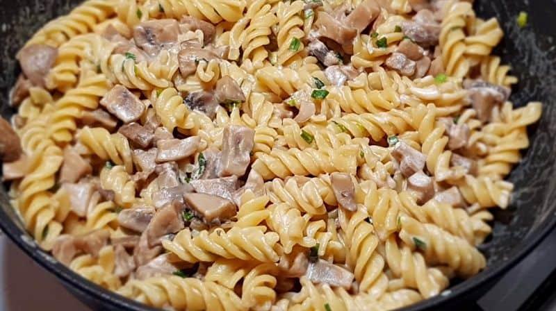Макароны с грибами на сковороде. Сытный ужин на скорую руку