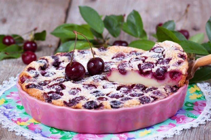 Французский десерт Вишнёвый клаффути. Напоминает творожную запеканку с разными фруктами и ягодами 1