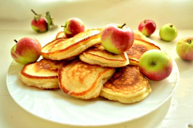 Яблочные оладьи. Вкусная сладкая выпечка для сытного завтрака
