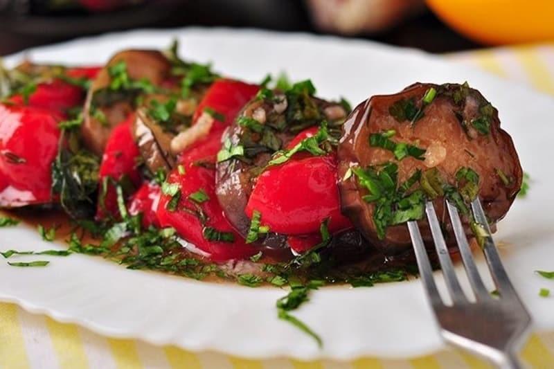 Закуска из маринованных баклажанов и перцев-гриль. Исчезает первой с тарелок 1