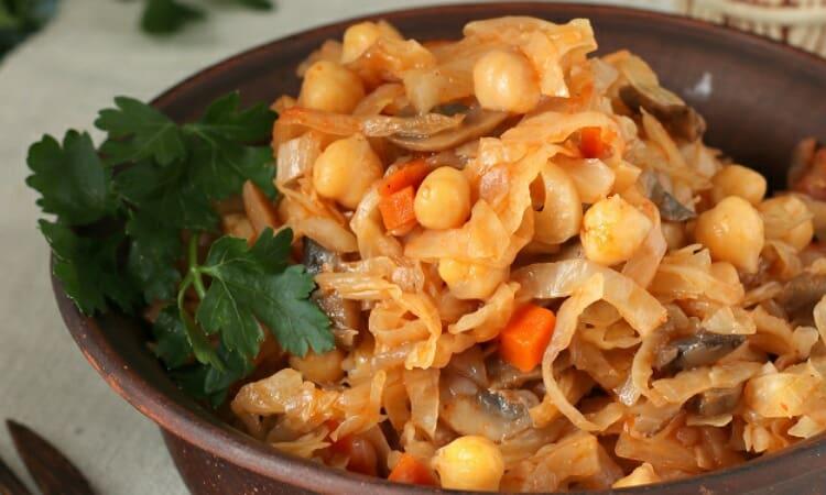 Тушеная капуста с грибами и нутом. Блюдо сытное и ароматное 1