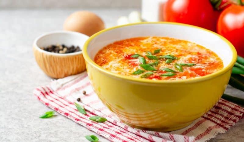 Куриный суп с яйцами и помидорами