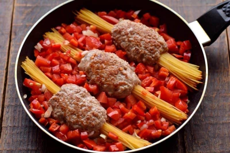 Паста с фаршем и овощами на сковороде