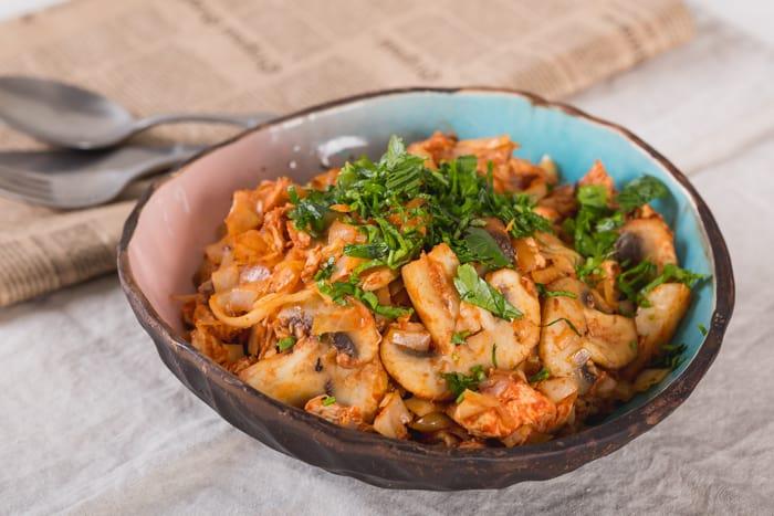 Тушеная картошка с капустой грибами и копчёной курицей. Аппетитное блюдо для всей семьи 1