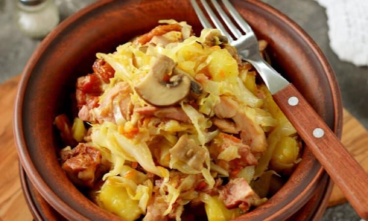 Тушеная картошка с капустой грибами и копчёной курицей